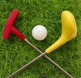 Γκολφ κλαμπ παιχνιδιών με τη σφαίρα στη χλόη Στοκ Εικόνες