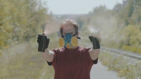 Γκράφιτι-ζωγράφος στο χρώμα ψεκασμών αναπνευστικών συσκευών στη κάμερα αργά απόθεμα βίντεο