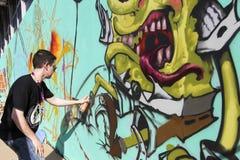 Γκράφιτι ζωγράφων κατά τη διάρκεια του φεστιβάλ Thess τέχνης οδών Στοκ φωτογραφία με δικαίωμα ελεύθερης χρήσης