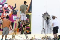 Γκράφιτι ζωγράφων κατά τη διάρκεια του φεστιβάλ Thess τέχνης οδών στοκ φωτογραφίες