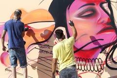 Γκράφιτι ζωγράφων κατά τη διάρκεια του φεστιβάλ Thess τέχνης οδών στοκ εικόνα