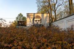 Γκράφιτι με ένα πορτρέτο Sergei Bodrov Κοντά στο Αλέξανδρο Nevsky Lavra στοκ εικόνες