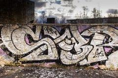 Γκράφιτι που επισύρουν την προσοχή στον τοίχο στοκ εικόνα με δικαίωμα ελεύθερης χρήσης