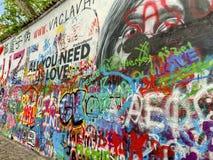 Γκράφιτι που καλύπτουν τον τοίχο του John Lennon στην Πράγα, Δημοκρατία της Τσεχίας στοκ εικόνα