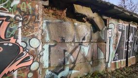 Γκράφιτι που χρωματίζονται στους παλαιούς τοίχους φιλμ μικρού μήκους