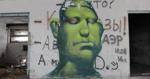 Γκράφιτι σε ένα παλαιό εγκαταλειμμένο κτήριο απόθεμα βίντεο
