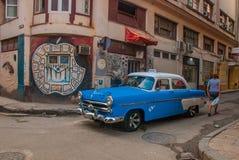 Γκράφιτι στον τοίχο Εκλεκτής ποιότητας αναδρομικό μπλε αυτοκινήτων σε μια παραδοσιακή οδό στην παλαιά περιοχή της Αβάνας Κούβα Στοκ εικόνα με δικαίωμα ελεύθερης χρήσης