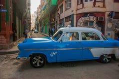 Γκράφιτι στον τοίχο Εκλεκτής ποιότητας αναδρομικό μπλε αυτοκινήτων σε μια παραδοσιακή οδό στην παλαιά περιοχή της Αβάνας Κούβα Στοκ Εικόνες