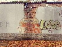 Γκράφιτι στο διαβρωμένο τοίχο Στοκ Εικόνες