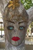 Γκράφιτι του προσώπου της γυναίκας στο δέντρο Στοκ εικόνες με δικαίωμα ελεύθερης χρήσης