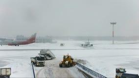 Γκρέιντερ εκσακαφέων ανεμιστήρων χιονιού που λειτουργούν στο διάδρομο αερολιμένων απόθεμα βίντεο