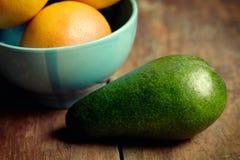 Γκρέιπφρουτ, αβοκάντο και λεμόνι στο κύπελλο στοκ φωτογραφίες με δικαίωμα ελεύθερης χρήσης