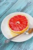 Γκρέιπφρουτ με το μέλι σε ένα άσπρο πιάτο Στοκ εικόνες με δικαίωμα ελεύθερης χρήσης
