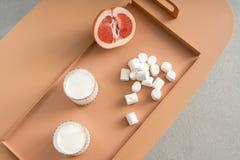 Γκρέιπφρουτ, marshmallows και γυαλιά με το γάλα Στοκ φωτογραφία με δικαίωμα ελεύθερης χρήσης