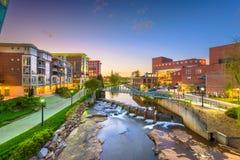 Γκρήνβιλ, νότια Καρολίνα, ΑΜΕΡΙΚΑΝΙΚΗ στο κέντρο της πόλης εικονική παράσταση πόλης στον καλαμοειδή ποταμό στοκ εικόνα