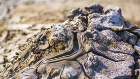 Γκρίζα λάσπη που ρέει κατά μήκος του κοιλώματος μέσα στην ενεργό πάνα απόθεμα βίντεο