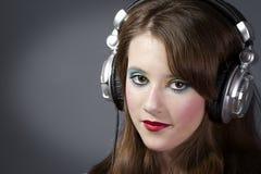 γκρίζα ακουστικά κοριτσιών ανασκόπησης σκοτεινά Στοκ εικόνες με δικαίωμα ελεύθερης χρήσης