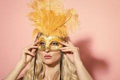 γκρίζα απομονωμένη μάσκα καρναβαλιού θέατρο και κόμμα καρναβαλιού Στοκ εικόνες με δικαίωμα ελεύθερης χρήσης