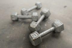 Γκρίζα βάρη χάλυβα στο πάτωμα γυμναστικής Στοκ εικόνα με δικαίωμα ελεύθερης χρήσης