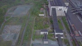 Γκρίζα βιομηχανικά κτήρια με τις γέφυρες και διασταυρώσεις κοντά στο έδαφος δασών και αποβλήτων εναέρια όψη απόθεμα βίντεο