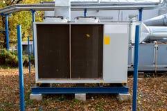 Γκρίζα βιομηχανική δροσίζοντας μονάδα για το κεντρικό σύστημα εξαερισμού με τη διαχειριζόμενη μονάδα μονάδων αέρα που στέκεται υπ Στοκ εικόνες με δικαίωμα ελεύθερης χρήσης
