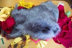Γκρίζα γούνα, ζωηρόχρωμα υφάσματα Στοκ φωτογραφία με δικαίωμα ελεύθερης χρήσης