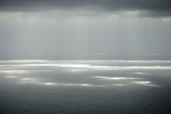 γκρίζα ηλιοφάνεια σύννεφ&omeg Στοκ Εικόνες