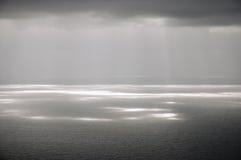 γκρίζα ηλιοφάνεια σύννεφ&omeg Στοκ Εικόνα