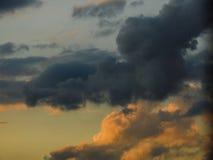 Γκρίζα και κίτρινα σύννεφα στοκ εικόνες