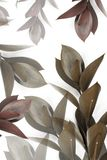 Γκρίζα και καφετιά φύλλα στους κλαδίσκους Στοκ φωτογραφία με δικαίωμα ελεύθερης χρήσης