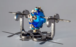 Γκρίζα και μπλε χάντρα γυαλιού στη βελόνα Στοκ εικόνες με δικαίωμα ελεύθερης χρήσης