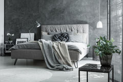 Γκρίζα κρεβατοκάμαρα με το χειροποίητο μαξιλάρι Στοκ Φωτογραφία