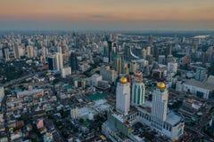 γκρίζα μητρόπολη με τους ψηλούς ουρανοξύστες - εικόνα της Μπανγκόκ στοκ εικόνες
