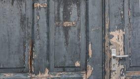 Γκρίζα ξεπερασμένη πόρτα χρωμάτων Στοκ Εικόνες