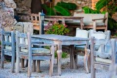 Γκρίζα ξύλινα έπιπλα σε ένα υπαίθριο εστιατόριο στοκ φωτογραφία με δικαίωμα ελεύθερης χρήσης