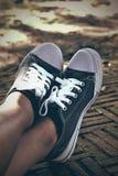 Γκρίζα πάνινα παπούτσια - εξαρτήματα και φορετός (πάνινα παπούτσια) Στοκ εικόνες με δικαίωμα ελεύθερης χρήσης
