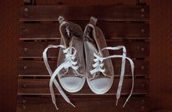 Γκρίζα πάνινα παπούτσια μωρών στο ξύλινο υπόβαθρο Στοκ εικόνες με δικαίωμα ελεύθερης χρήσης