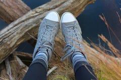 Γκρίζα πάνινα παπούτσια σε ένα ταξίδι Στοκ φωτογραφία με δικαίωμα ελεύθερης χρήσης