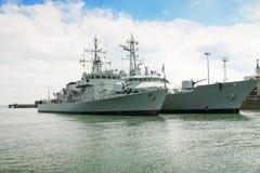 Γκρίζα πολεμικά σκάφη στο υπόβαθρο του φωτεινού νεφελώδους ουρανού Στοκ εικόνες με δικαίωμα ελεύθερης χρήσης