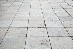 Γκρίζα προοπτική πεζοδρομίων πετρών, τετραγωνική επικεράμωση πατωμάτων στοκ εικόνες