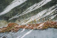 Γκρίζα ρωγμή τούβλου τοίχων με τη σκιά ήλιων στοκ εικόνα με δικαίωμα ελεύθερης χρήσης