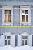 Γκρίζα ρωσικά ξύλινα πλαίσια παραθύρων Στοκ εικόνες με δικαίωμα ελεύθερης χρήσης