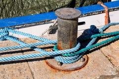 Γκρίζα σφήνα με το μπλε σχοινί για τα σκάφη και τις βάρκες Στοκ Εικόνα