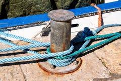 Γκρίζα σφήνα με το μπλε σχοινί για τα σκάφη και τις βάρκες Στοκ Φωτογραφίες