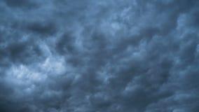 Γκρίζα σύννεφα θύελλας που κινούνται στον ουρανό Χρονικό σφάλμα Κυκλώνας καταιγίδας Τα σγουρά σύννεφα είναι χαμηλά απόθεμα βίντεο