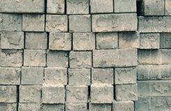 Γκρίζα τετραγωνικά τούβλα που συσσωρεύονται στις σειρές Στοκ εικόνα με δικαίωμα ελεύθερης χρήσης