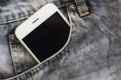 Γκρίζα τσέπη τζιν με το άσπρο smartphone Εκλεκτής ποιότητας ενδυμασία μόδας τζιν Στοκ Εικόνα