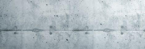 Γκρίζα χονδροειδής πρόσοψη συμπαγών τοίχων φιαγμένη από φυσικό τσιμέντο με τις τρύπες και τις ατέλειες που χωρίζουν τα στρώματα ω στοκ εικόνες με δικαίωμα ελεύθερης χρήσης