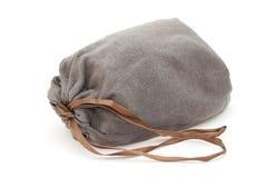 Γκρίζα drawstring σακούλα με την καφετιά κορδέλλα στοκ φωτογραφία με δικαίωμα ελεύθερης χρήσης