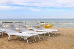 Γκρίζα sunbeds στην παραλία, Ιταλία, Riccione Στοκ εικόνα με δικαίωμα ελεύθερης χρήσης